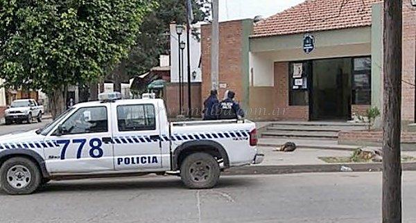 Catorce presos se fugaron de una comisaría por una ventana — Insólito